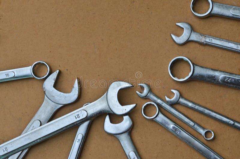 松懈的结的开放和接近的末端金属板钳固定和 免版税库存图片