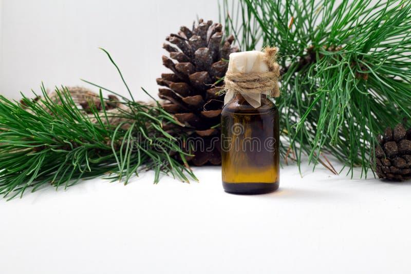 松果的油 在木背景的雪松油 与维生素的有用的油 库存照片