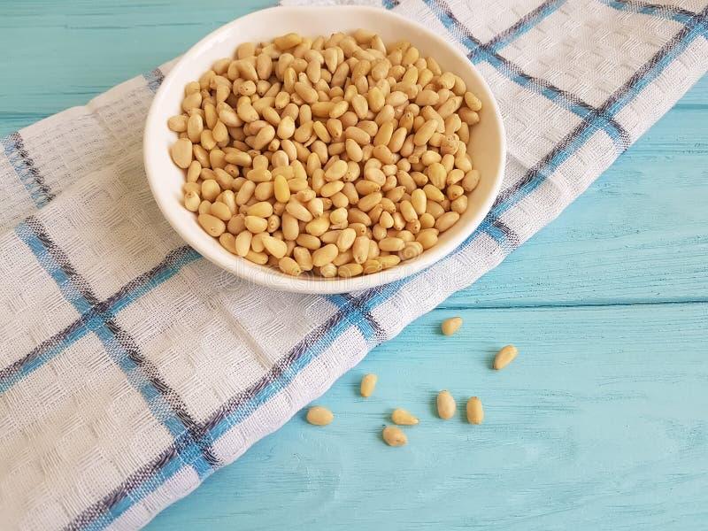松果营养蓝色木背景洗碗巾,雪松 图库摄影
