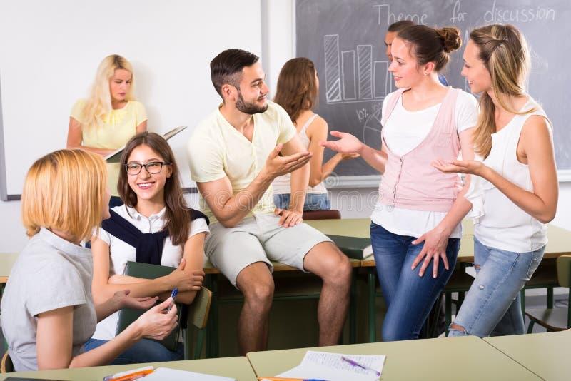 轻松的学生在教室 库存照片