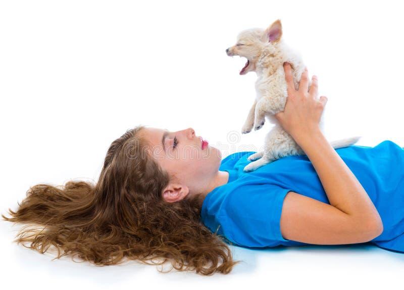 轻松的孩子女孩和小狗打呵欠的奇瓦瓦狗狗 免版税库存图片