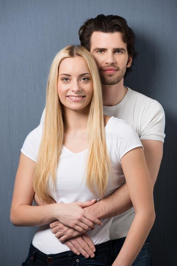 轻松的富感情的年轻夫妇 免版税库存图片