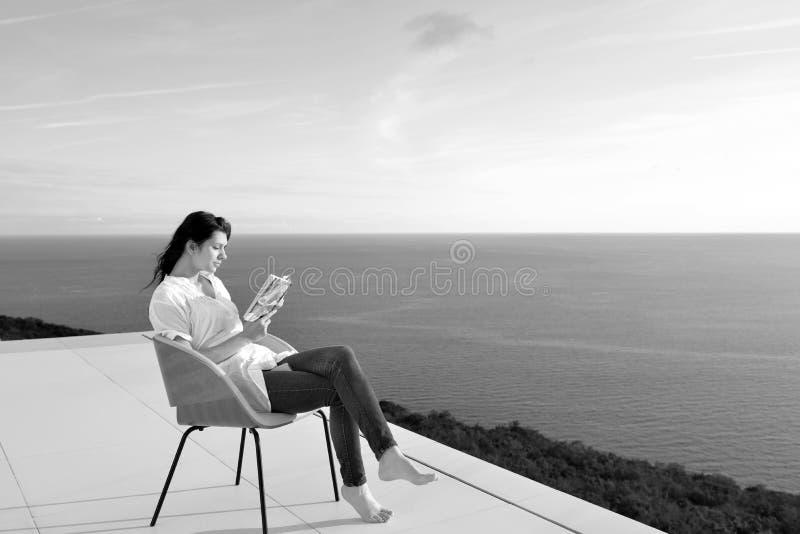 轻松的年轻人在家阳台的 图库摄影