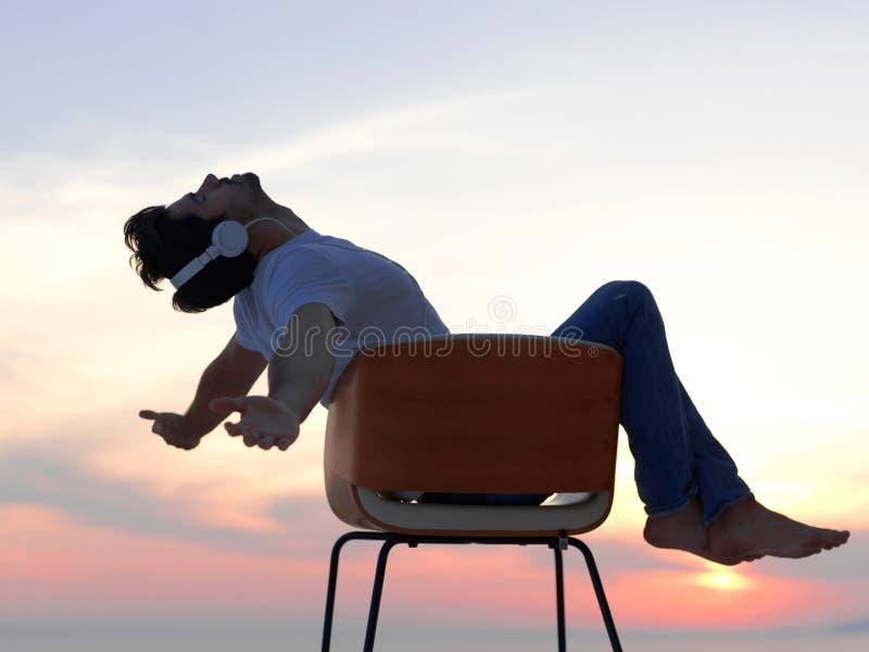轻松的年轻人在家阳台的 免版税库存图片