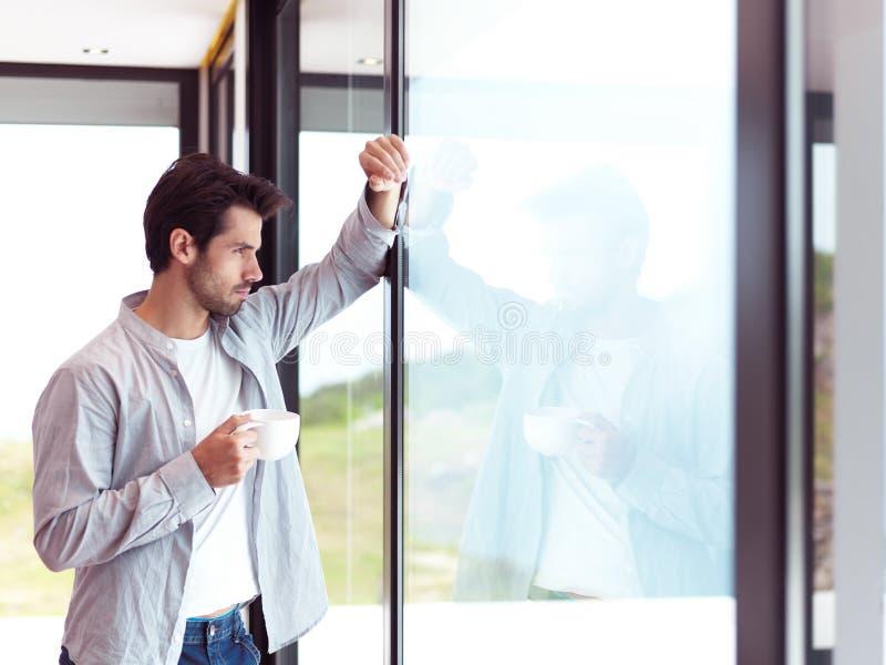 轻松的年轻人饮料第一份早晨咖啡 库存照片