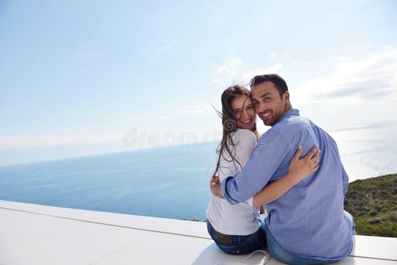 轻松的年轻夫妇在家 免版税库存照片