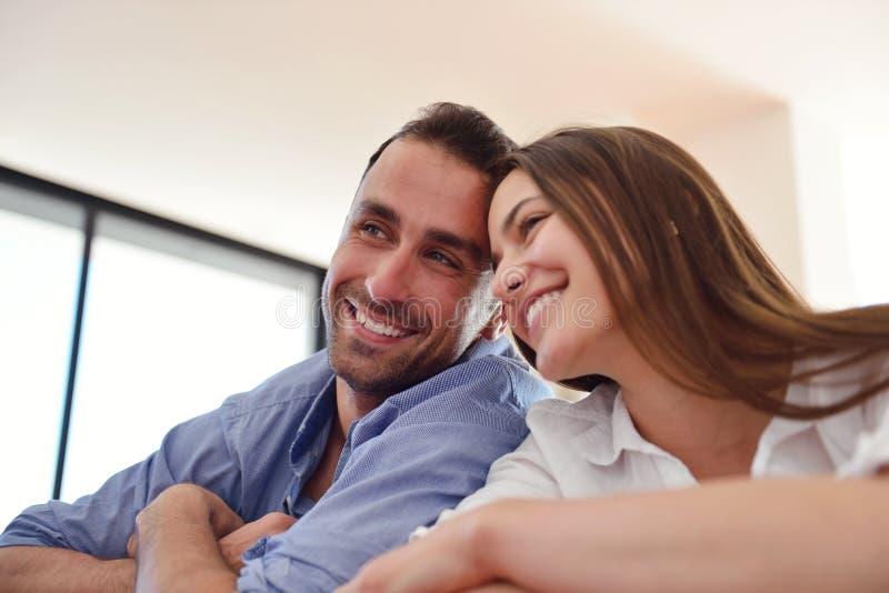 轻松的年轻夫妇在家 库存图片