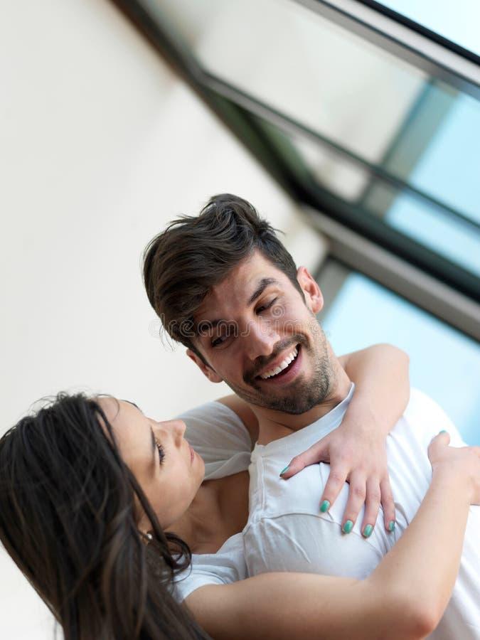 轻松的年轻夫妇在家 库存照片