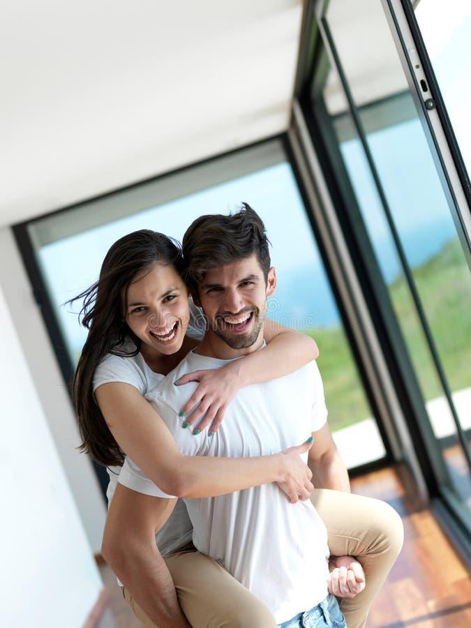 轻松的年轻夫妇在家 图库摄影