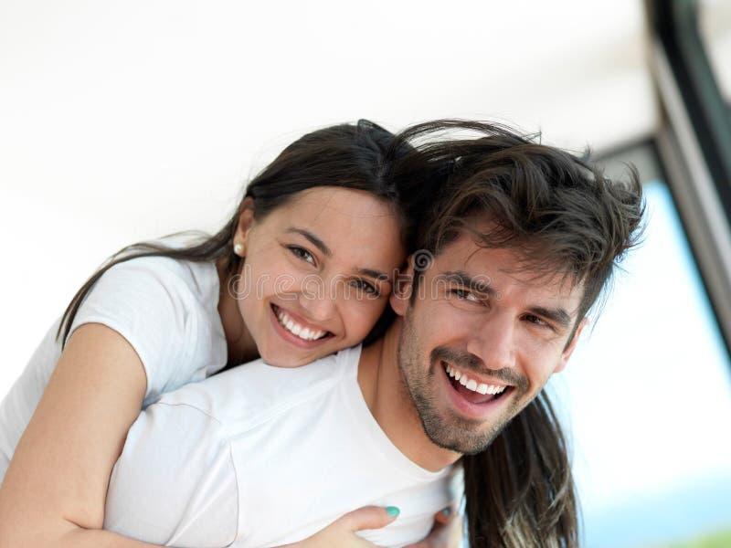 轻松的年轻夫妇在家 免版税库存图片