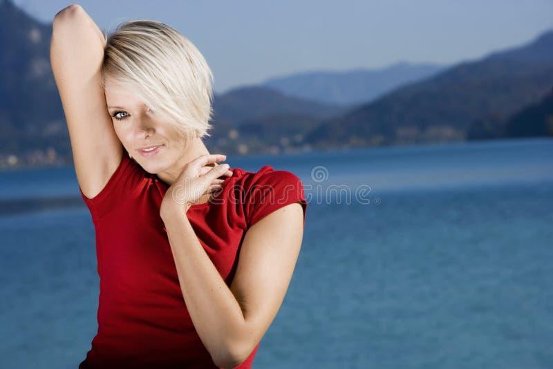 轻松的年轻白肤金发的妇女 库存图片