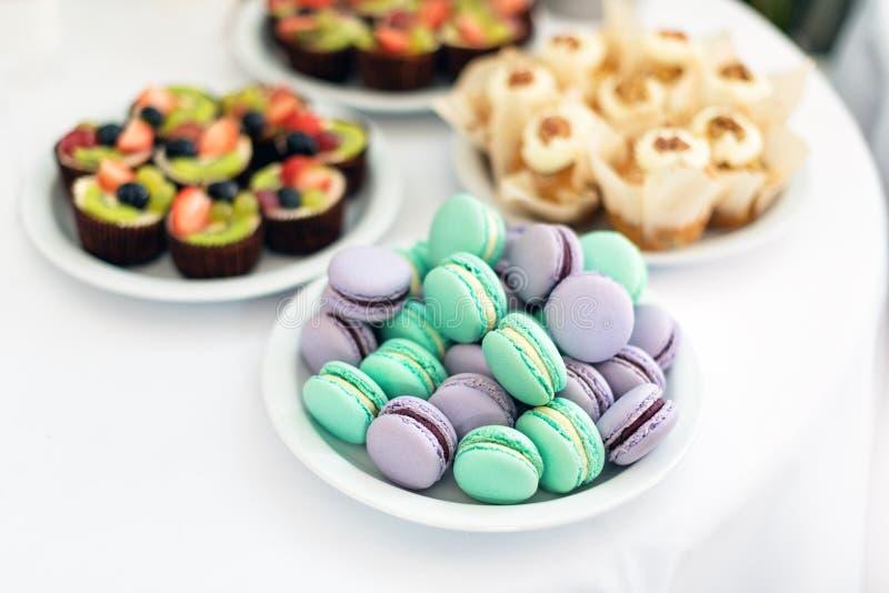 绿松石和紫罗兰色macarons 在桌上的婚宴喜饼 甜的点心 选择聚焦 库存图片