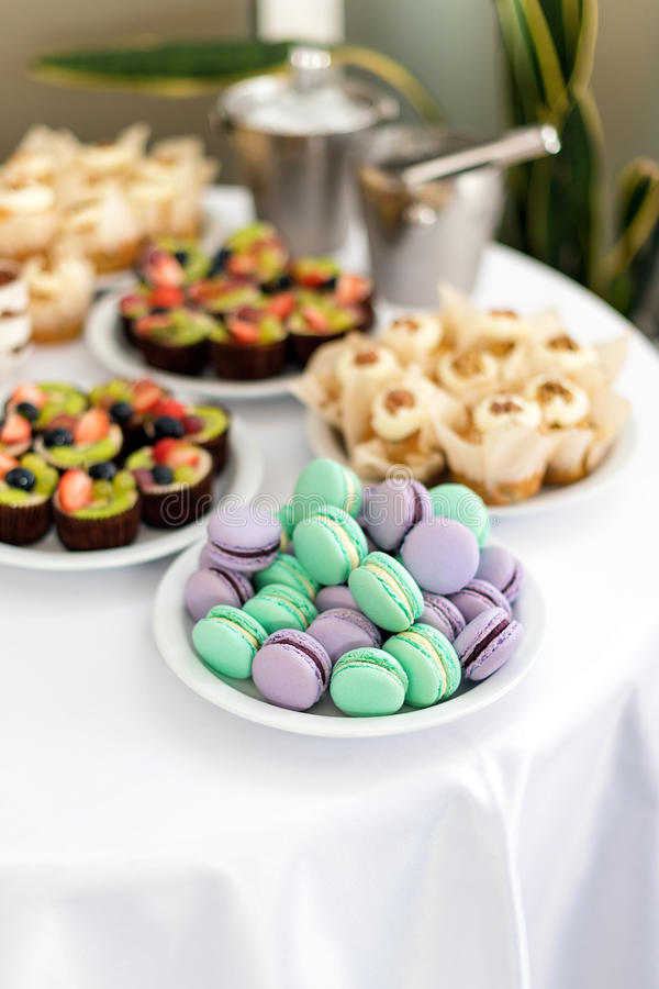 绿松石和紫罗兰色macarons 在桌上的婚宴喜饼 甜的点心 选择聚焦 免版税图库摄影