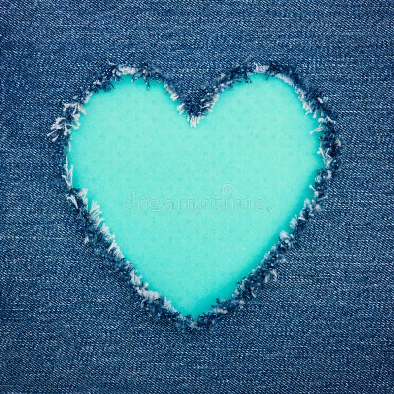 绿松石在蓝色牛仔布织品的葡萄酒心脏 免版税图库摄影