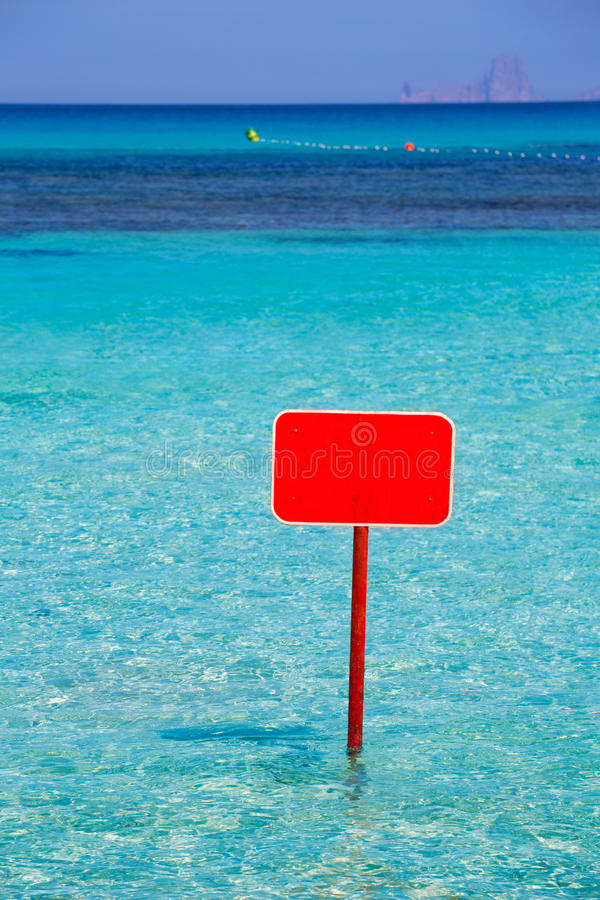绿松石有红色标志copyspace的伊维萨岛福门特拉岛 图库摄影