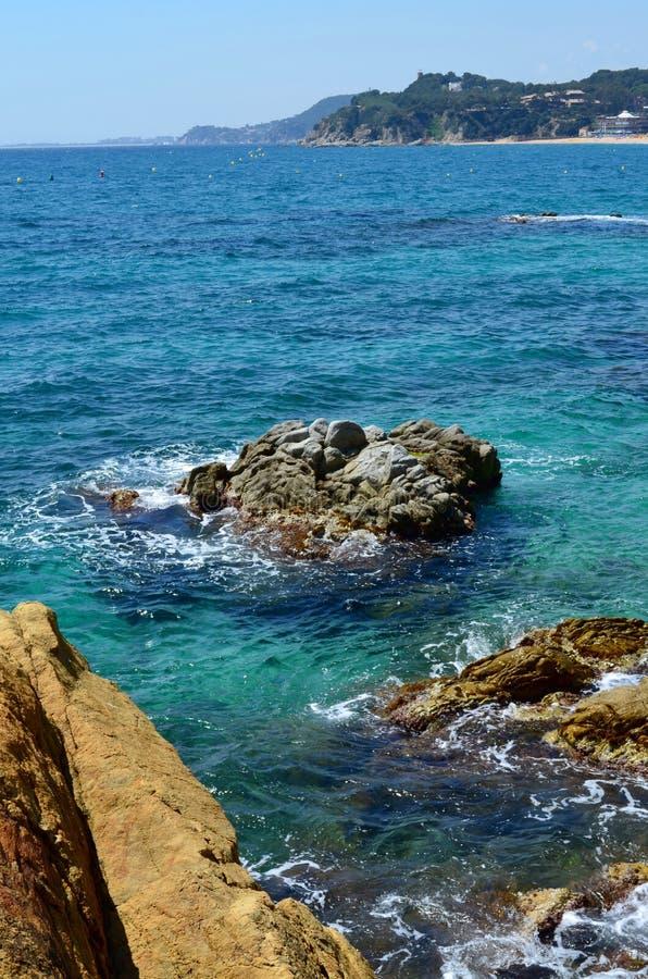 绿松石海岩石 图库摄影
