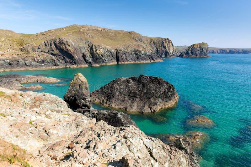 绿松石清楚的海Kynance小海湾在Helston康沃尔郡英国英国附近的蜥蜴在一个美好的晴朗的夏日 免版税库存照片