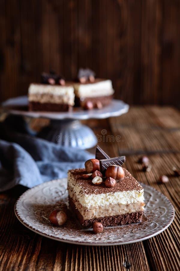 松糕,巧克力,可可粉,恶,榛子,鞭打了奶油,层数,冠上,装饰,粉末,糖果店,点心,面包店, 库存图片