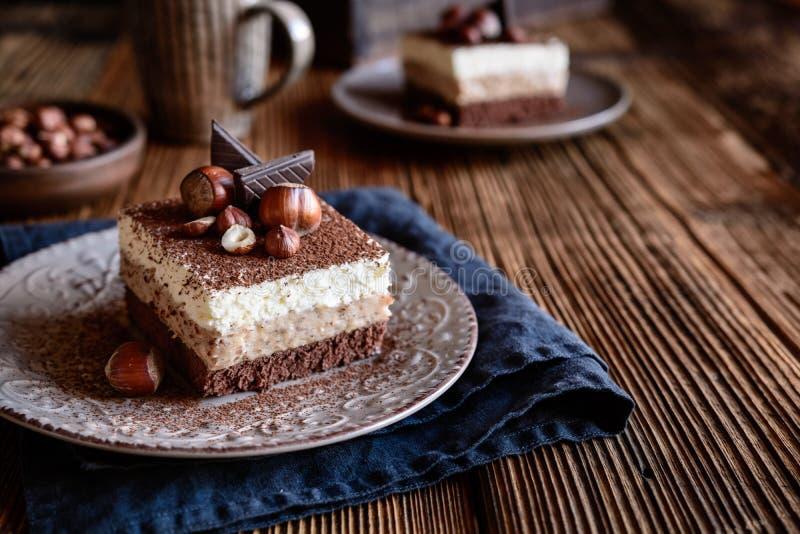 松糕,巧克力,可可粉,恶,榛子,鞭打了奶油,层数,冠上,装饰,粉末,糖果店,点心,面包店, 免版税库存照片