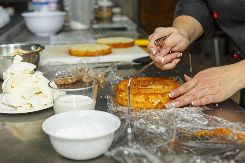 松糕,糖果商,面包店,酥皮点心,酥皮点心,糕点工,人,围兜,准备,准备 图库摄影