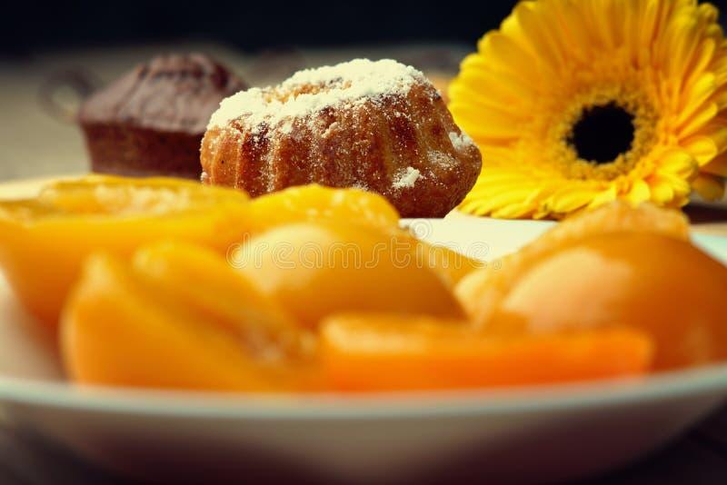 松饼、桃子在盘和gerber 库存图片