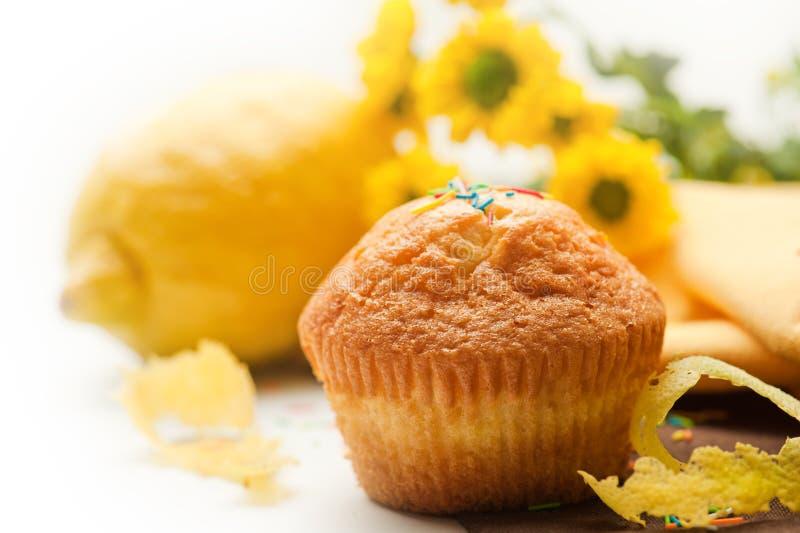 松饼用柠檬、sezt和花 免版税库存图片