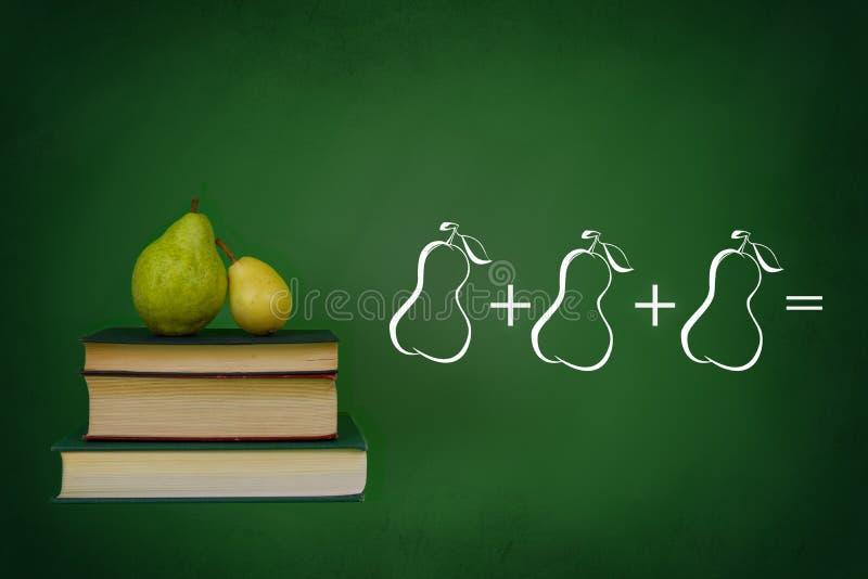 黑板、书和梨 免版税库存图片