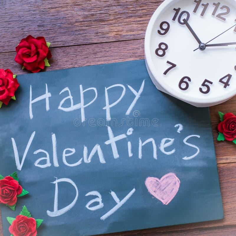 黑板与英国文本愉快的情人节 许多红色玫瑰 免版税库存照片