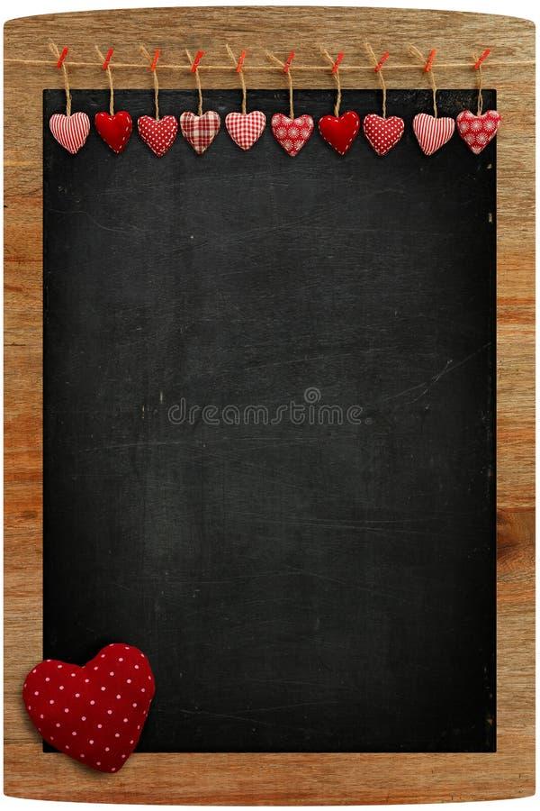 黑板垂悬在木的红色方格花布爱华伦泰的心脏 库存图片