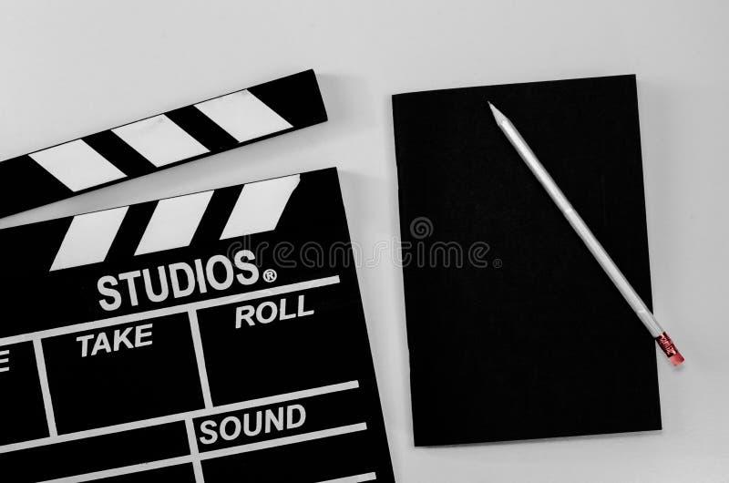 板岩影片和黑笔记本白色背景 库存照片