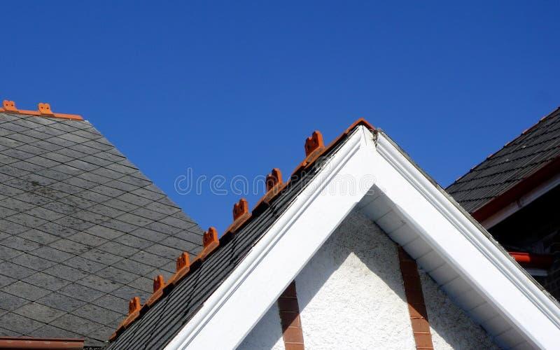 板岩铺磁砖了在老教会的屋顶 免版税库存照片