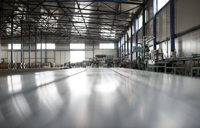 板料罐子金属生产大厅 库存照片