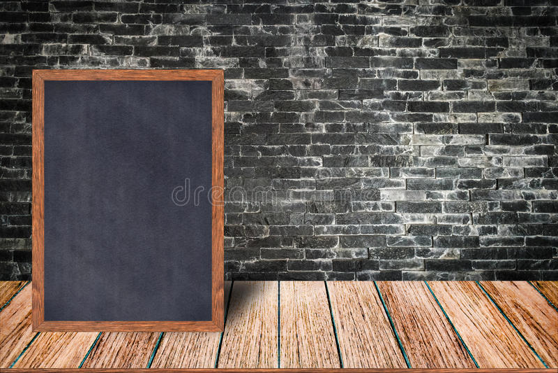 黑板木框架、黑板标志菜单在木桌上和砖墙背景 库存照片