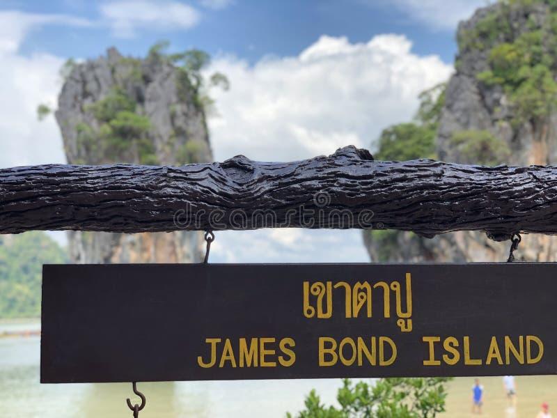 板材在泰国,天蓝色的海,天空蔚蓝,高峭壁,很多热带绿叶的奇迹海岛上的詹姆士・邦德海岛 免版税库存照片