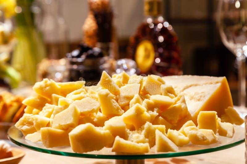 板材特写镜头有意大利巴马干酪片断的在宴会的在各种各样的盘中的桌上 概念生日,自助餐,科涅克白兰地 库存图片