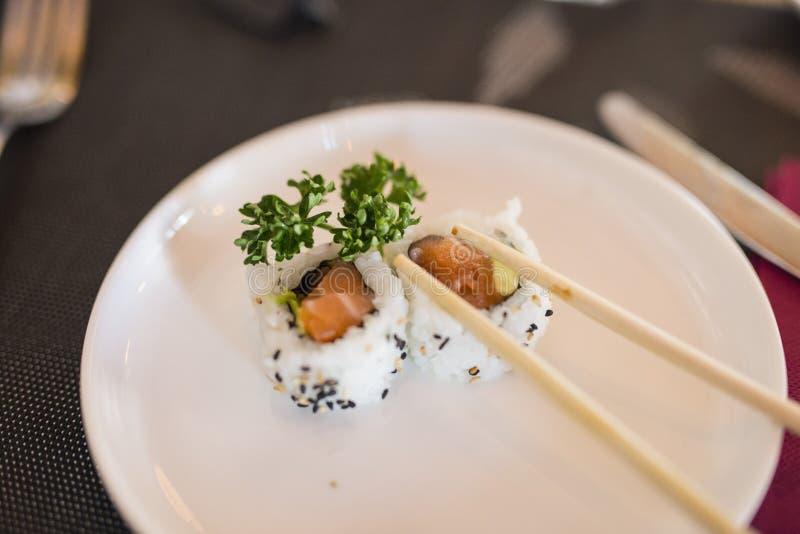 板材特写镜头用中国唯一药量寿司食物 免版税库存图片