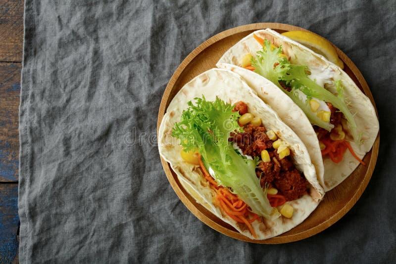 板材用两墨西哥炸玉米饼和绞细牛肉,菜 免版税图库摄影