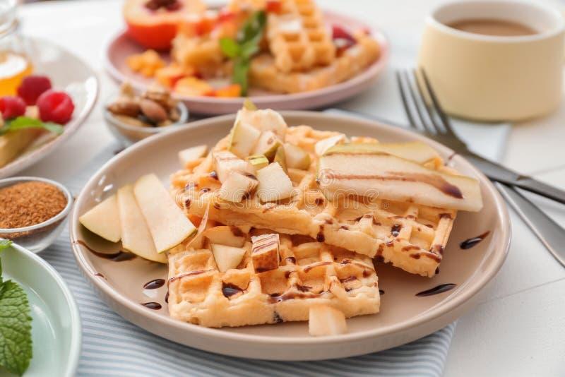 板材用可口奶蛋烘饼和果子切片在桌上 库存照片