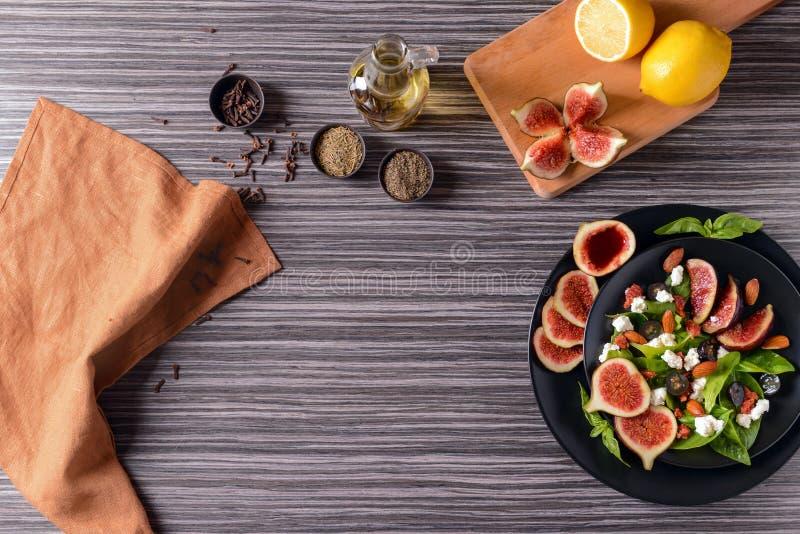 板材用可口无花果沙拉和成份在木桌上 图库摄影
