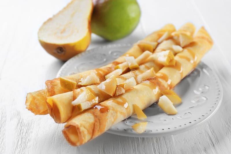 板材用可口稀薄的薄煎饼和梨 免版税库存照片