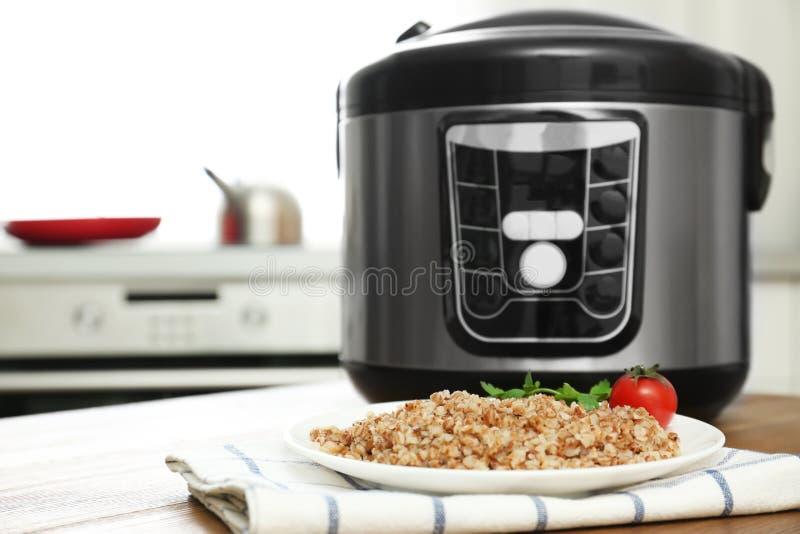 板材用可口荞麦和多烹饪器材在桌上在厨房里 免版税库存图片