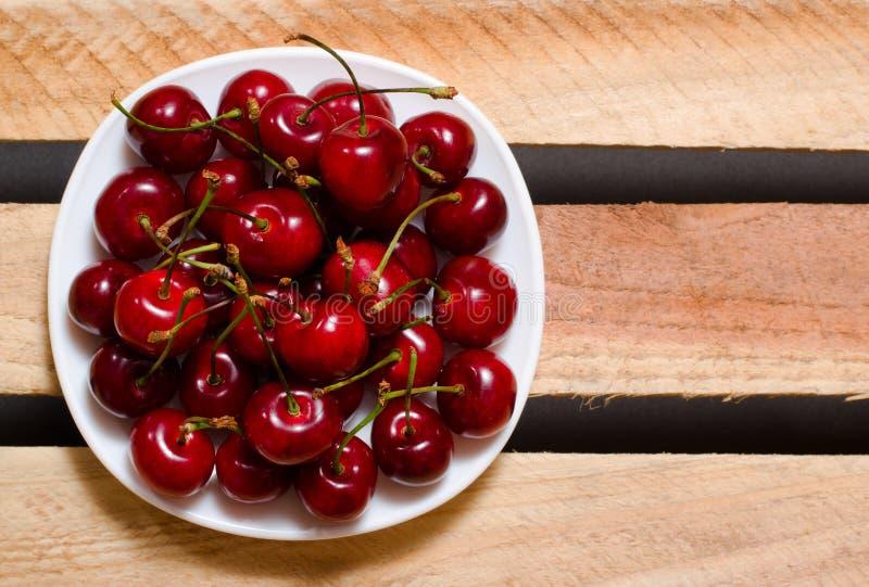 板材用在木板材的红色樱桃,顶视图,文本的空间 图库摄影