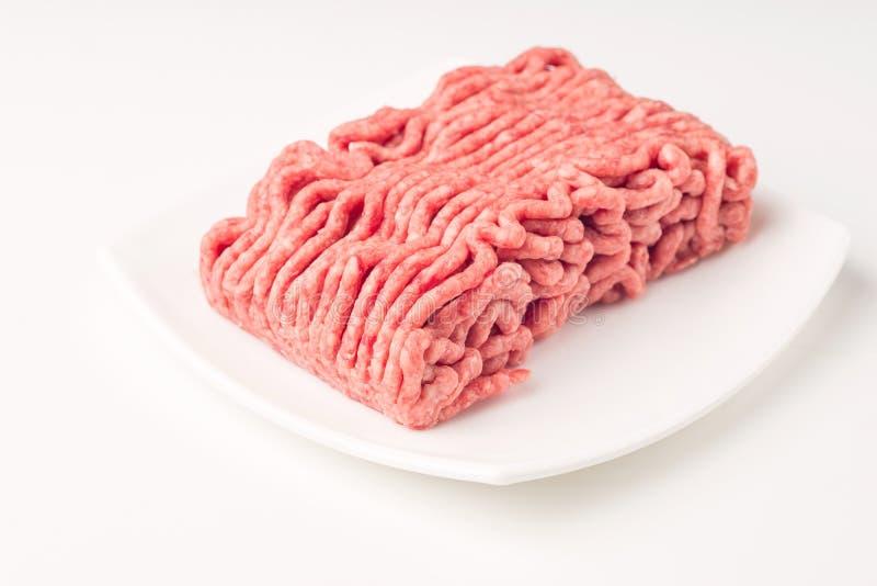 板材用在白色隔绝的新鲜的未加工的绞细牛肉 库存图片