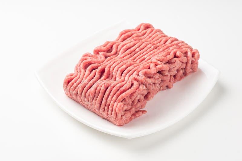 板材用在白色隔绝的新鲜的未加工的绞细牛肉 免版税库存照片