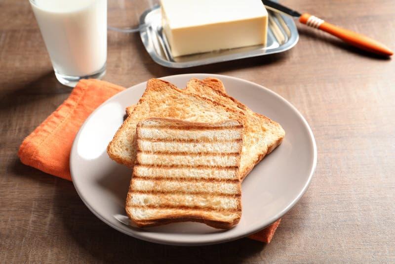 板材用敬酒的面包 免版税库存照片