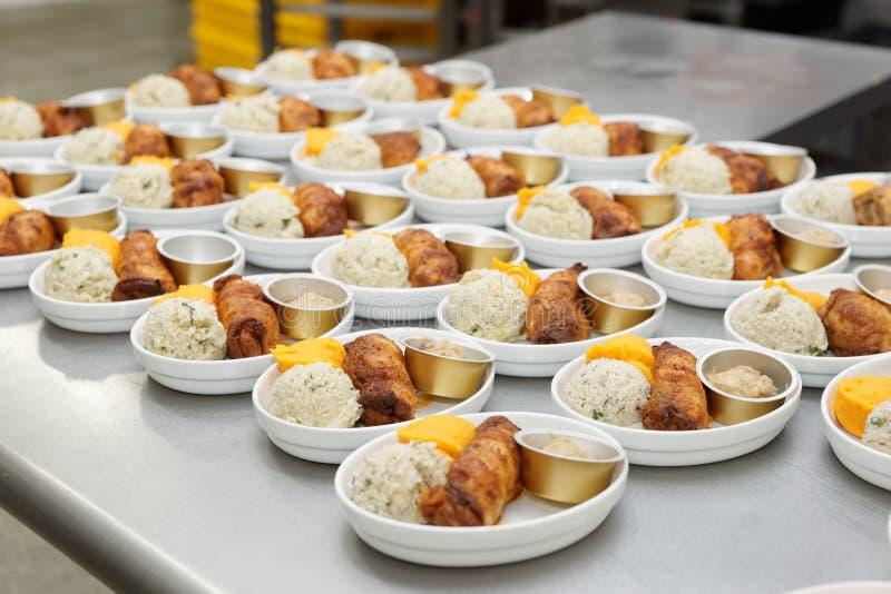 板材用航空公司食物在大商业厨房里 免版税库存照片