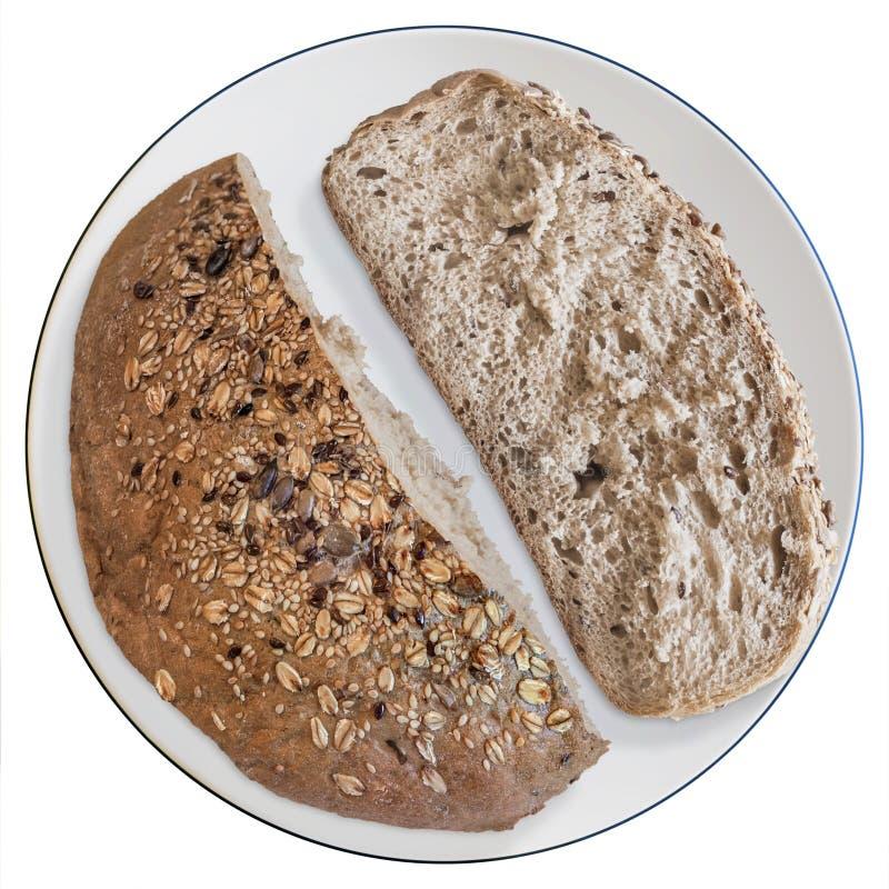 板材用被隔绝的大面包和切片缺一不可的黑面包 库存照片
