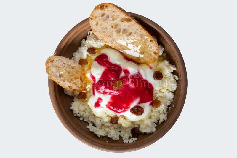 板材用酸奶干酪,苏丹娜,面包片,调味与和酸性稀奶油和新鲜的蜂蜜 库存图片