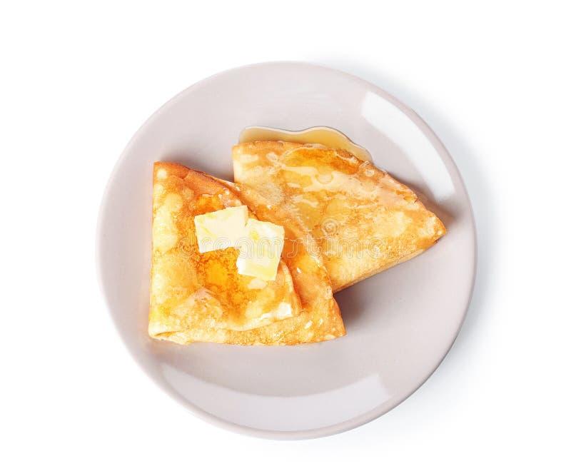 板材用鲜美稀薄的薄煎饼、黄油和枫蜜在白色背景 图库摄影