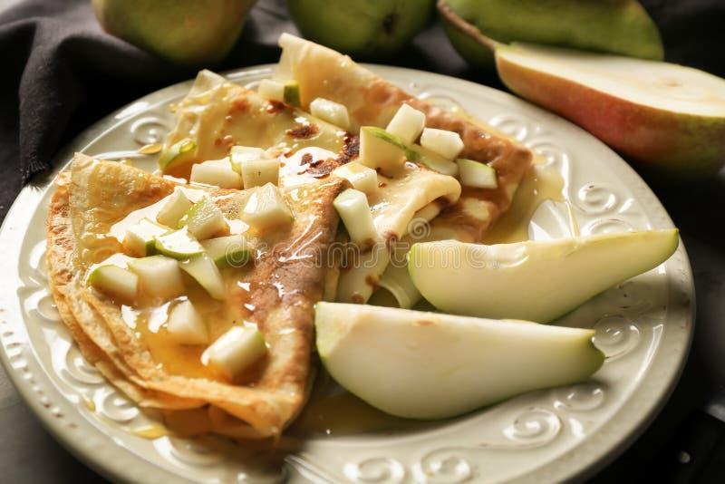 板材用鲜美稀薄的薄煎饼和梨 库存照片